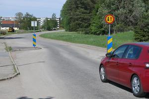 Med chikaner har kommunen fått ned hastigheterna på Hästhovsvägen. Nu ska en del av gatan göras om till gång- och cykelbana vilket bör dämpa farterna ytterligare.