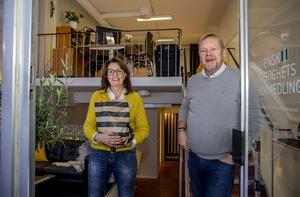 Ami Sörlin och Ulf Ögren, mäklare på Svensk Fastighetsförmedling, har flyttat in i nya lokaler vid torget.