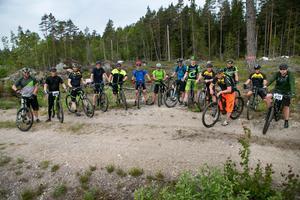 Med ett enkelt inlägg i Facebookgruppen New road mtb samlades 14 cyklister den här dagen till en spontan tur på stigarna längs kusten.