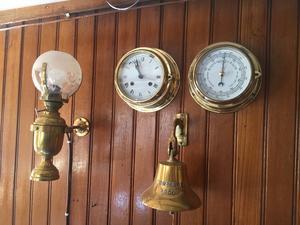 I Kajutan kan man ta emot mindre sällskap. Här syns några av de fina marina dekorationer som pryder väggarna i fartyget.