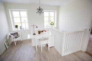 Barnen har sina rum på övervåningen och ett stort gemensamt rum med både plats att sitta och mysa eller pyssla.