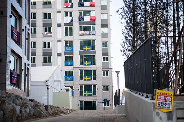 Svenskarna bor med Frankrike ovanför sig, och alldeles i närheten av de norska atleterna. Foto: Petter Arvidson (Bildbyrån).