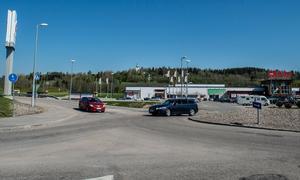 Nu: Det är inte många traktorer som syns i östra Birsta längre. En rondell är byggd för att underlätta flödet i trafiken.