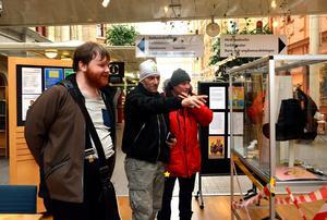 När Stefan Eriksson och Erik Lind stannar till och börjar fotografera Samuel Granhammars bilder med sina mobilkameror ler konstnären.