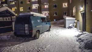 Polisens tekniker parkerade i ett bostadsområde i Norberg under söndagskvällen med anledning av det misstänkta mordet.Foto: Niklas Hagman