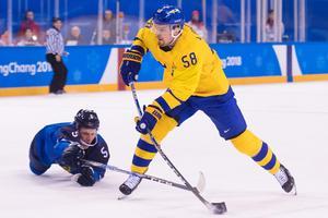 Lasse Kukkonen kastar sig fram för att stoppa Anton Lander, som dock lyckades pricka in 1–0 för Tre Kronor. Bild: Joel Marklund/Bildbyrån.
