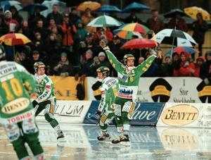 26 december 1998. Jonas Claesson jublar efter att ha gjort 1–1 mot Motala. Hammarby vann med 8–2.