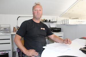 Papper, blanketter och telefonsamtal. Sonen Tomas Skoog har fått lägga mycket tid på kontakter med  försäkringsbolaget.