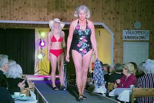 Iréne Jervström i blommig baddräkt och Tove-Li Häll i röd bikini är klara för stranden.