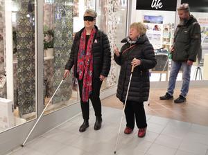 Åsa Bergkvist (till vänster) får instruktioner av Susanne Borg om att använda väggen som vägledning.