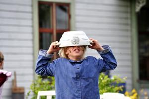 Isak Haugskott i rollen som Emil. Under kvällen spelades flera av Emils välkända hyss upp för publiken. Som när Emil ska äta soppa vill han få i sig sista dropparna och sätter därför soppskålen på huvudet.  Men soppskålen fastnar!
