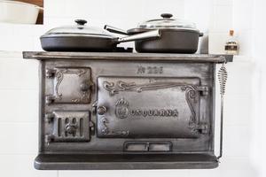Vedspisen i köket bidrar till värmen.