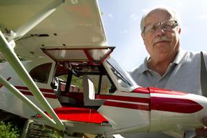 Bo Svensson flygfantast han har gillat flyg av alla det slag sedan han var liten. Inne i planet finns små säten.