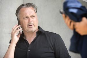 Urban Hagblom i ett sista, avgörande, telefonsamtal med Apoels president Efthymios Agathokleous. Efter det var allt med Linus Hallenius övergång till den cypriotiska klubben klar.