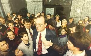 Stadshusstorm. Kommuanlrådet Lars Luttropp (m) möttes av protester och burop från Emausskolans elever 1993. Foto: Tony Persson/VLT:s arkiv