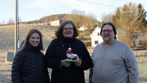 Marlene Lindström, Tina Tjärnberg Forslund och Patrik Norberg är alla stolta över räddningstjänstens uppskattning. I bakgrunden syns Burberget där blixten slog ner och startade branden som hotade att ödelägga flera hus i Ljustorp.