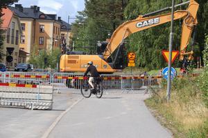 Många personer på en lokal Facebook-sida om Falun hävdar att cyklister lever farligt i den för bilar avstängda rondellen intill det gamla regementsområdet.