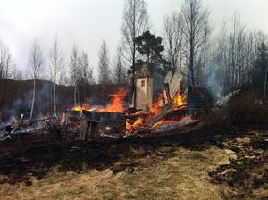 Det är vanligt att gräsbränder också leder till att byggnader brinner ner.