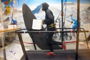 Långloppslöparen David Samuelsson i köldkammaren iförd andningsmask. Han är en av 20 motionärer som deltar i forskningsstudien.