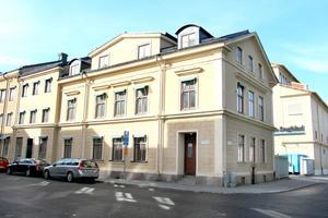 ...granne med Gefle Dagblads tryckhall och mitt emot Vasaskolans Östra skola.