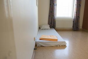 I ett rum har man bara madrasser, vilket enligt Ylva Drevstad Frid kan vara bättre för de personer som riskerar att ramla ur sängen.