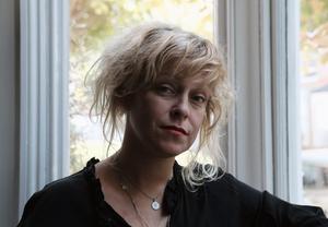Rebecka Åhlund är en känd krönikör från magasin som Amelia. I en ny bok skriver hon om kampen för att bli nykter. Bild: Carla Borel