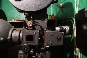 Projektorerna i det lilla maskinrummet är stora.