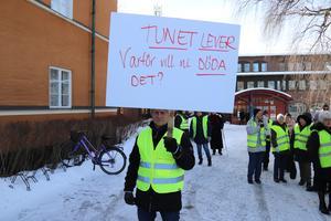 Det var flera fräna formuleringar på plakaten i tisdagens demonstration för att rädda Tunetbadet.