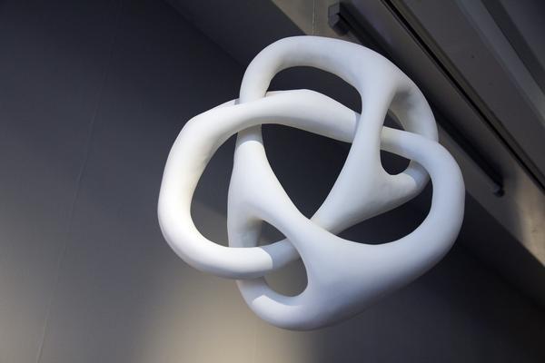 Matti Kallioinen utgår från matematik och geometri. Det är fascinerande hur de hänger ihop. Denna hänger i taket på utställningen, ovanför en skiss av