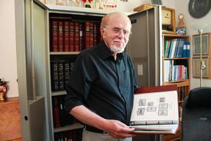 Att ordna med frimärkssamlingen är ett av Sune Alms stora intressen.