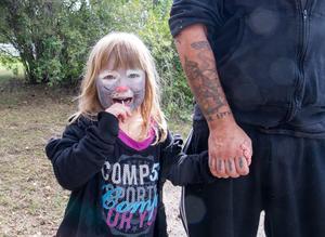 Femåriga Haylie Lilja Ljunggren njöt av Kungsörsdagarna.  Hon var nöjd över ansiktsmålningen och att få hoppa i hoppborgen.