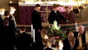 Leksandsspelarna Mikael Karlberg och Magnus Svensson tar farväl av klubbdirektör Björn Doverskog i Siljansnäs kyrka i december 1998.