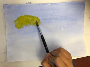 Bildlektion på Vivallaskolan. Uppgiften är att måla en himmel och sedan höstlika trädkronor.