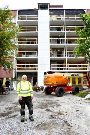 Arne Högmark, hisstekniker på Arbrå Hissystem har bygget under kontroll.
