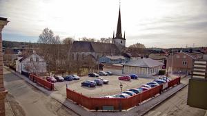 Så här såg grusparkeringen ut när de första planerna på bostadsbyggande dök upp 2016. I dag har huset i områdets vänstra sida rivits. Däremot ska den gamla Baptistkyrkan inte rivas. Foto: Joakim Sparv, Bbl/AT-arkiv.