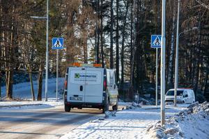 Ett enda körfält blev kvar när Arboga kommun byggde om Västermovägen. Den långa sträckan i kombination med ett backkrön gör att fordonen inte ser om någon annan är på väg in i området.