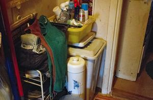 Badrumsmöbler är utflyttade i hallen, mattan och handdukar i badrummet är fulla av byggdamm.