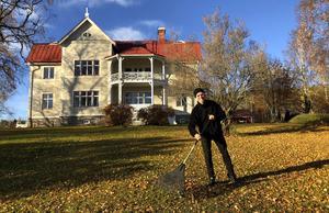 Bingo Rimér tog emot nycklarna till Prästgården under tisdagen – och gick direkt in i husägarrollen och krattade lite löv. Foto: Privat.