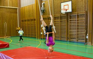 Emma Haglund åtta år tränar på trapetsen.