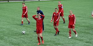 Besvikna västmanländska fotbollsspelare efter strafförlusten mot Ångermanland.