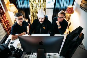 Det är Lowe Andersson (mitten) som satt formen för hur de har filmat och som klipper materialet. Här tillsammans med Jörgen Bodesand och Pelle Mattsson vid klippbordet.