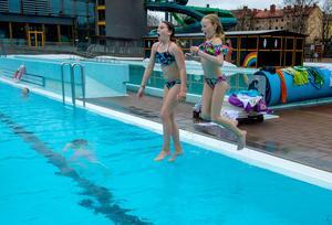 Matilda Hagelstedt och Juni Schröder som går i klass 5 på Skönsmons skola fick bada på dagens idrottslektion.