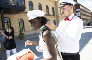 Efter en rejäl kram behöver Alexander Boström hjälpa till att knyta byxdressen.