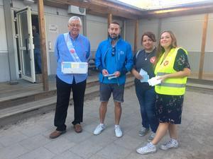 Kenneth Åhs (S), Jimmy Norell (M), Miriam Malm (V) och Madeleine Sloot (V) delar ut valsedlar utanför Rumba förskola.