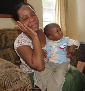 FÖRSTA MÖTET. I oktober 2008 kunde Ludmila, Tommy och David åka till Kenya för att träffa Raymond. Ludmila kunde inte hålla tårarna tillbaka när hon äntligen fick hålla sin son.