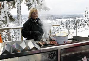 Ulrika Persson hade fullt upp med att steka kôlbullar till hungriga besökare.