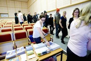 Plockar broschyrer. I EU-valet 7 juni i år får 18-åriga Michaela Lööf rösta för första gången. I går fick hon och cirka 400 andra tredjeårselever på gymnasieskolorna i Sandviken och Gävle information om valet.