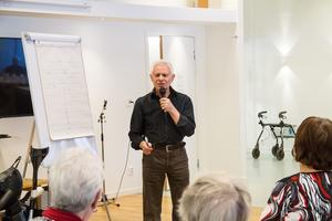 Vasilis Bakolas, psykolog, föreläste på Björkängen om åldrande och minne.
