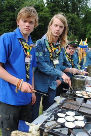 Magnus Östgren och Otto Tysklind håller koll på plättarna, det stektes en hel del under Country Fair-dagen.