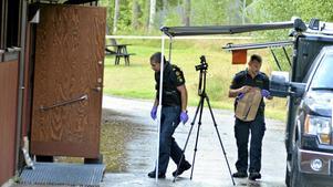 På tisdagen var polisens tekniker på plats vid idrottsplatsen i Pålsboda för att säkra spår efter måndagens misstänkta våldtäkt på en minderårig pojke. Teknikerna koncentrerade sig till en toalett på klubbhusets baksida